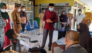 Peduli Disabilitas, Ketua DPRD Serahkan Bantuan Kursi Roda