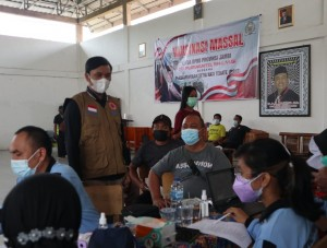 Warga Antusias Ikuti Vaksinasi Massal yang Digelar Ketua DPRD Edi Purwanto